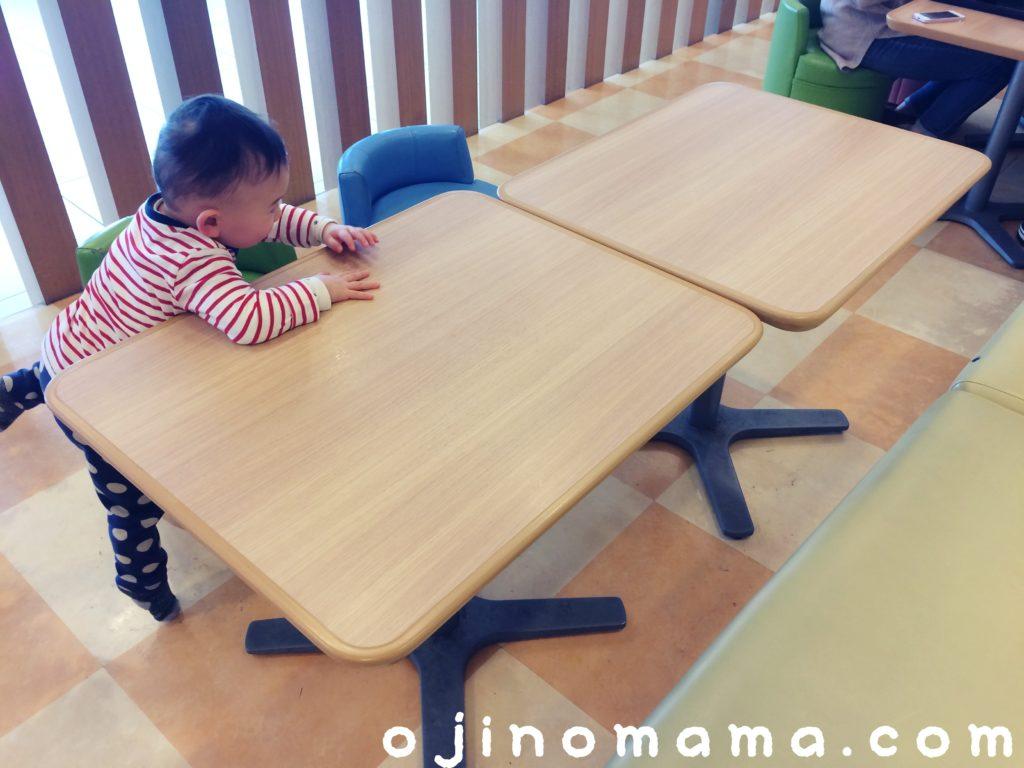 新千歳空港フードコートテーブル