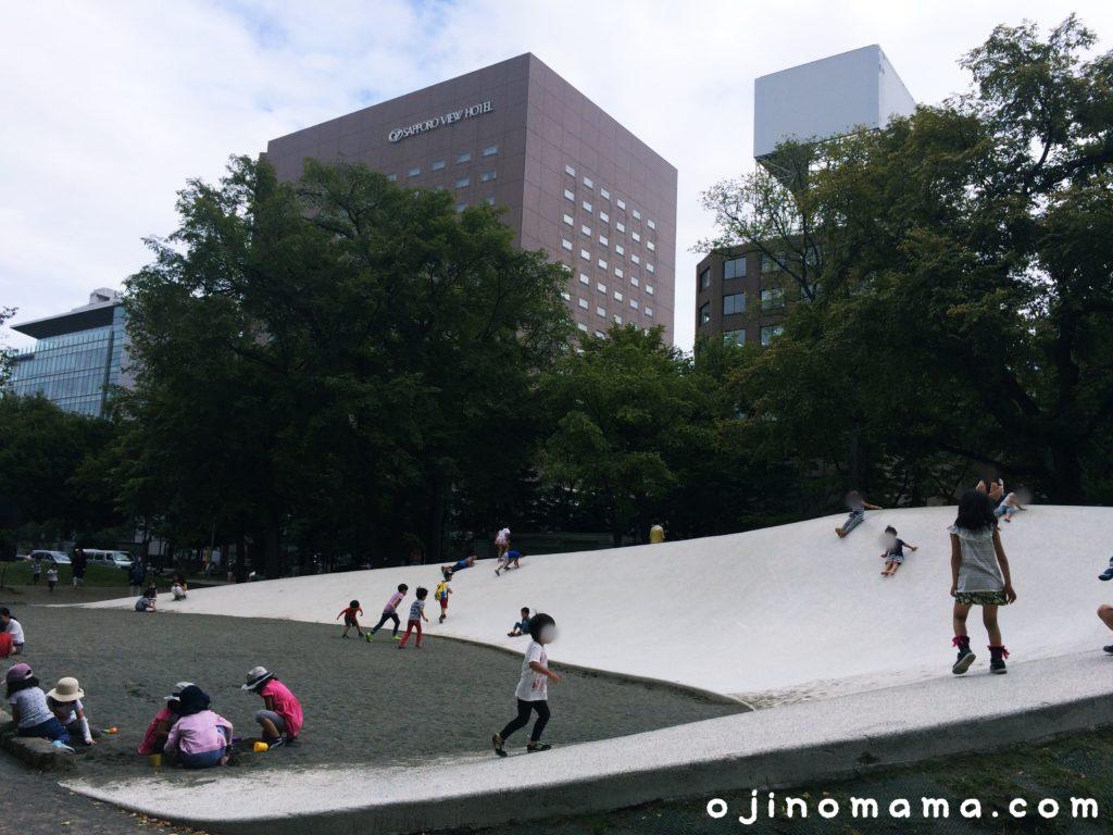 大通公園すべり台と砂場