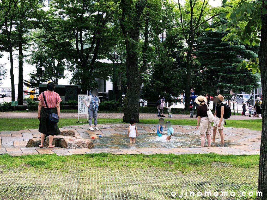 大通公園水遊び場子供と大人