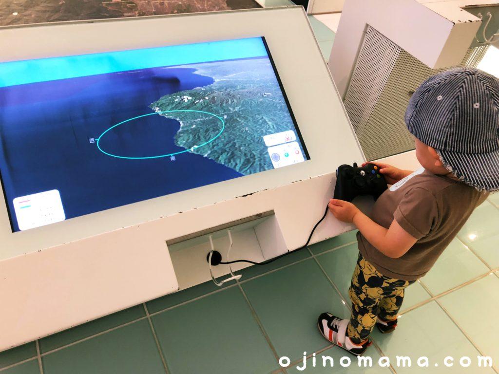 札幌市水道記念館リモコンを操作する