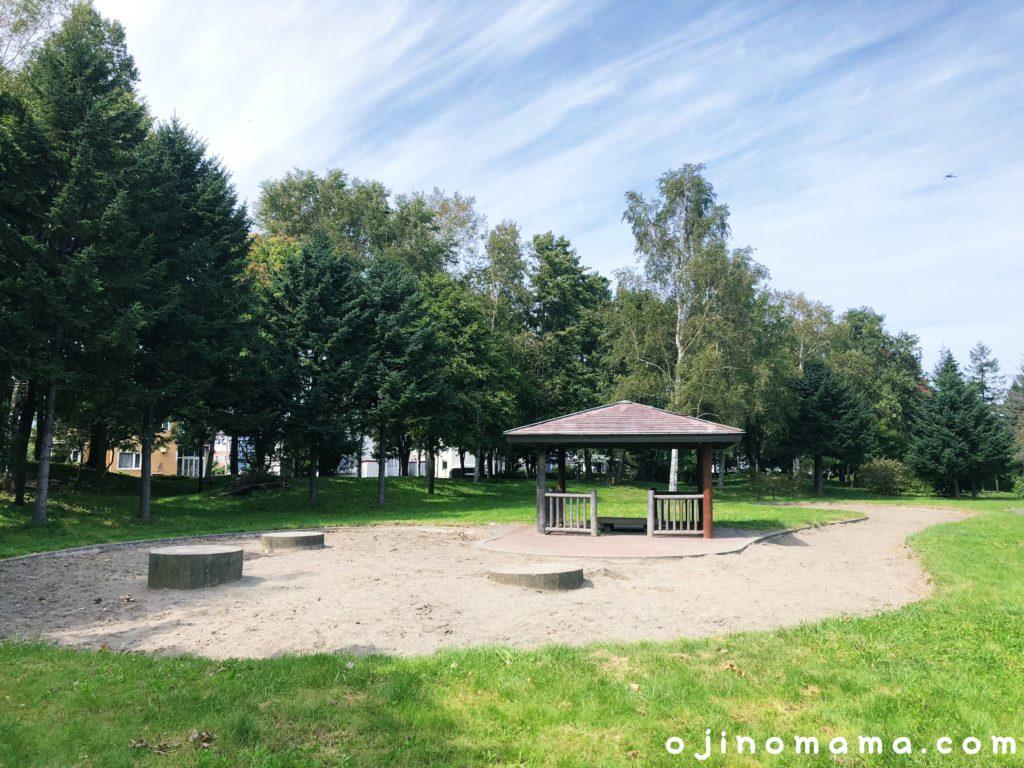発寒西陵公園砂場と東屋