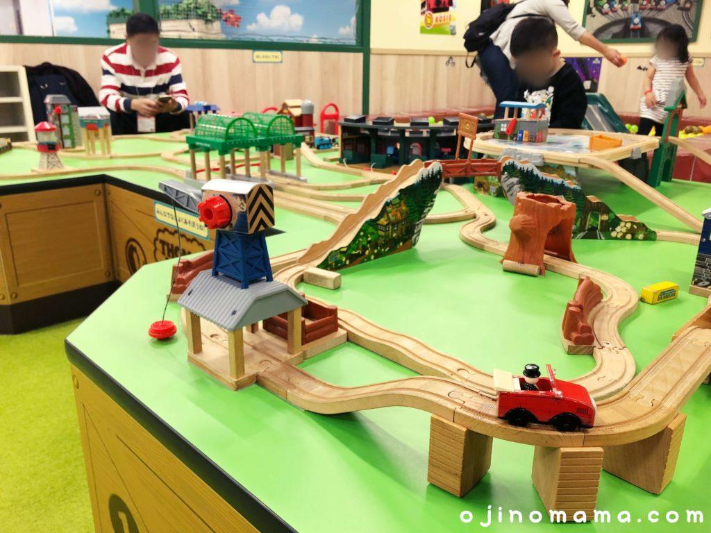 札幌トーマスステーション木製レール