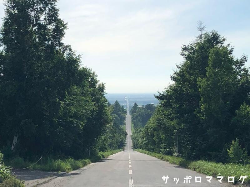 知床子連れ観光天に続く道